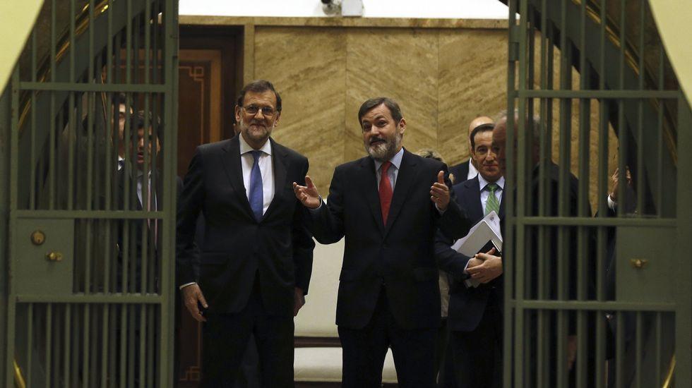 El Presidente del Gobierno en funciones, Mariano Rajoy (i), en el interior de la cámara acorazada del Instituto Cervantes, durante la visita institucional realizada hoy con motivo del 400 aniversario de la muerte del escritor.