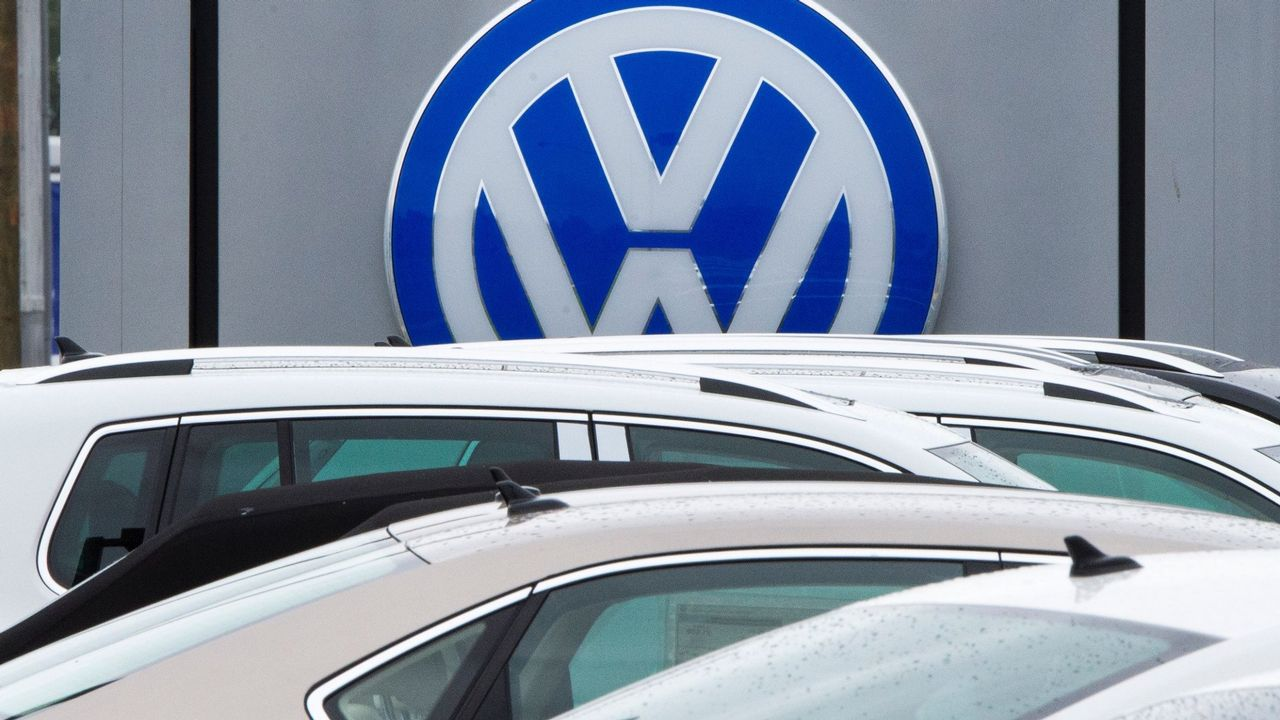 Volkswagen T-Roc.Logomarca de la Volkswagen en concesionaria en EE.UU