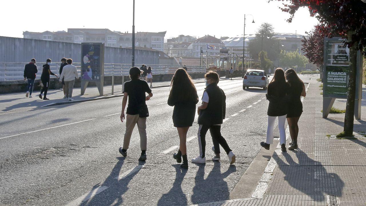 Los ciclistas desafían al mal tiempo en Pontevedra.La calle Reina Victoria de Pontevedra, que se cerró al tráfico rodado en septiembre del 2020