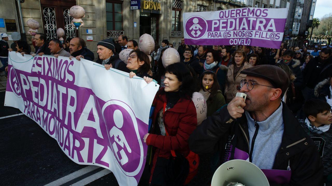 Así discurría la manifestación por la sanidad gallega por las calles de Compostela.Cristina de Francisco sucedió en la alcaldía de Melón a su marido, Alberto Pardellas