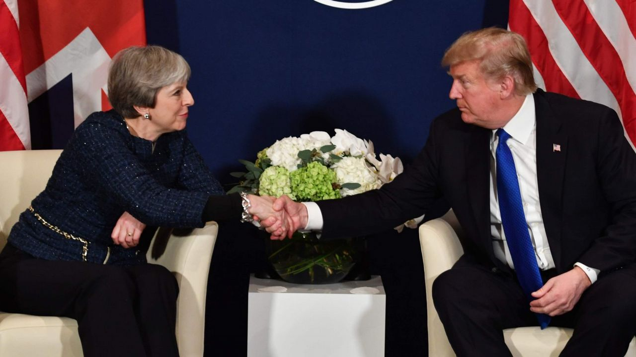 May y Trump se dieron la mano en el Foro de Davos