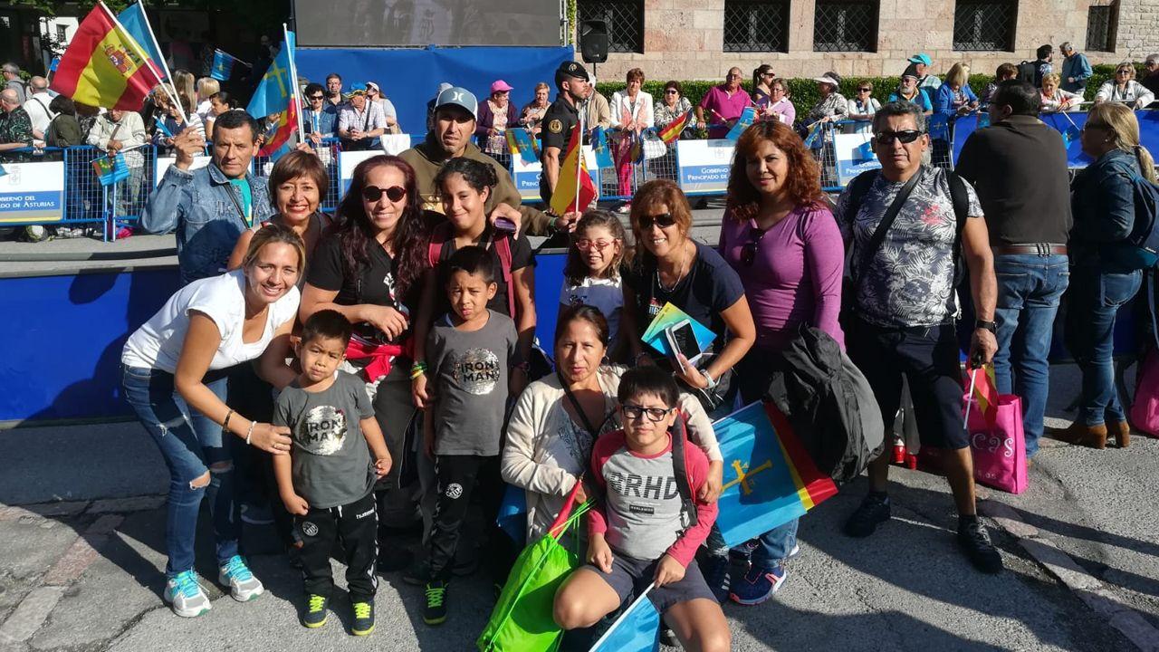 Grupo de peruanos de la hermandad señor de los Milagros, de Castellón