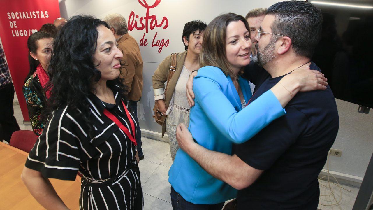 El Rey con los cuatro expresidentes de la democracia.La alcaldesa, Lara Méndez, celebrando con Santos los resultados