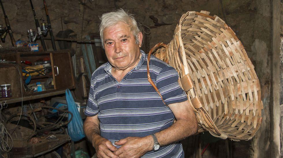 Avelino García cun culeiro ou cesto para as vendimas, típico da Ribeira Sacra. Este modelo foi o que o artesanán fabricou máis veces durante a súa vida