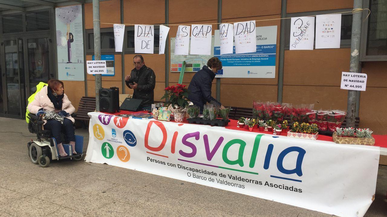 Puestos de venta de productos de Disvalía en la praza do Concello de O Barco