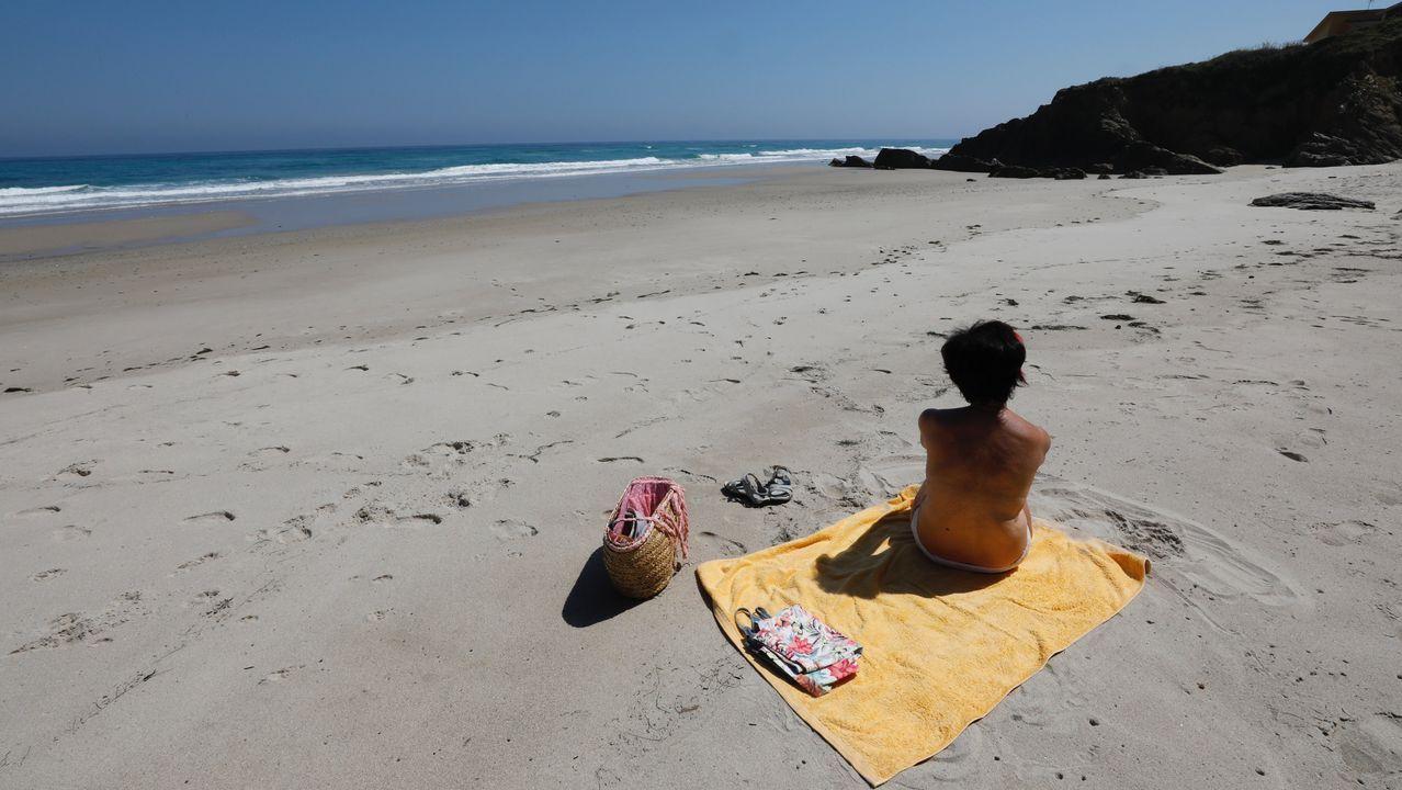 Playa de San Bartolo.Barreiros. En este municipio mariñano se encuentra esta playa, entre los arenales de Altar y Acantilado. Cuando baja la marea se forma una sola línea del litoral sin interrupciones de casi cuatro kilómetros hasta la playa de Lóngara. En la pleamar, este arenal queda engullido.