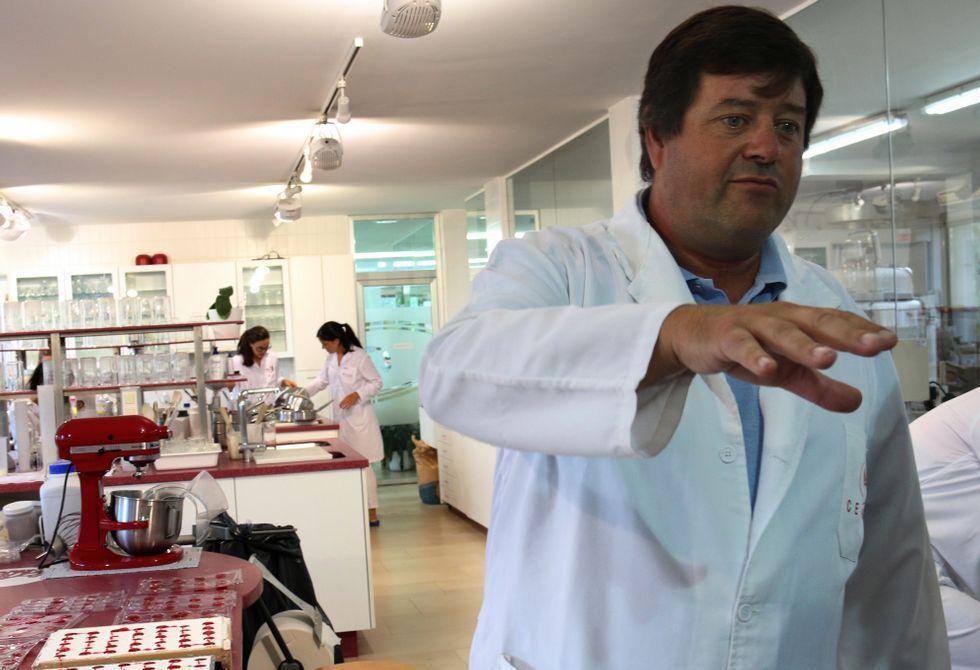 Íñigo Alzueta, en los laboratorios de investigación de la compañía que fundó su padre en 1967.