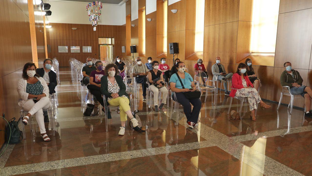 Invitados en una sala aparte del Parlamento, siguiendo la investidura