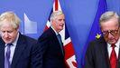 Barnier pasa por detrás de Johnson y Juncker, antes de la rueda de prensa en la que anunciaron el acuerdo