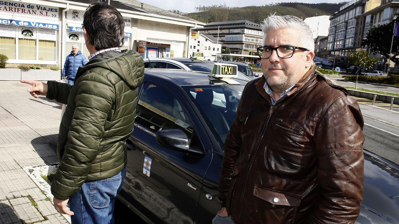 El taxista que presentó la denuncia, de espaldas, junto a un compañero