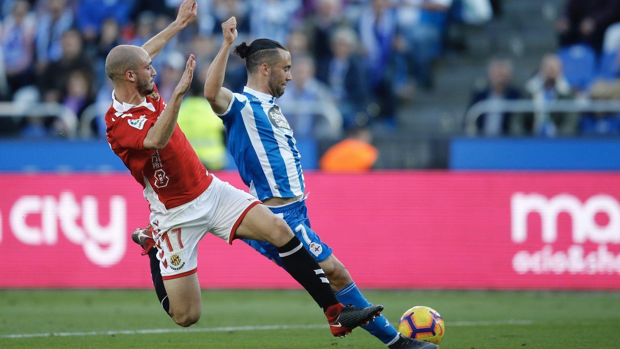 Un defensa del Nàstic bloquea el remate de Quique en el último partido en Riazor