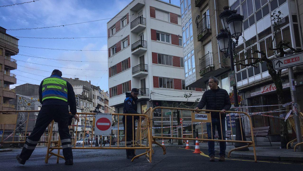 En A Estrada cortaron el paso a la plaza de A Farola por la caida de uralitas de edificios