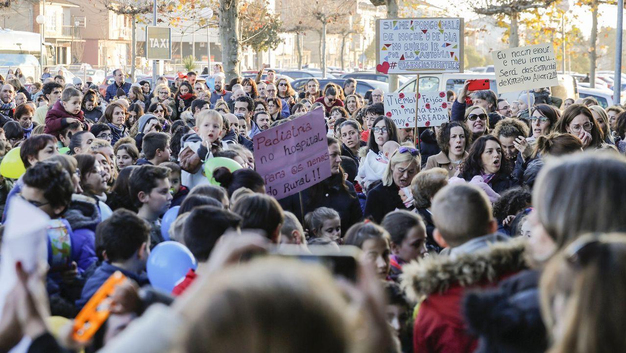 Así se vivió la manifestación de los niños de Verín ante el hospital comarcal