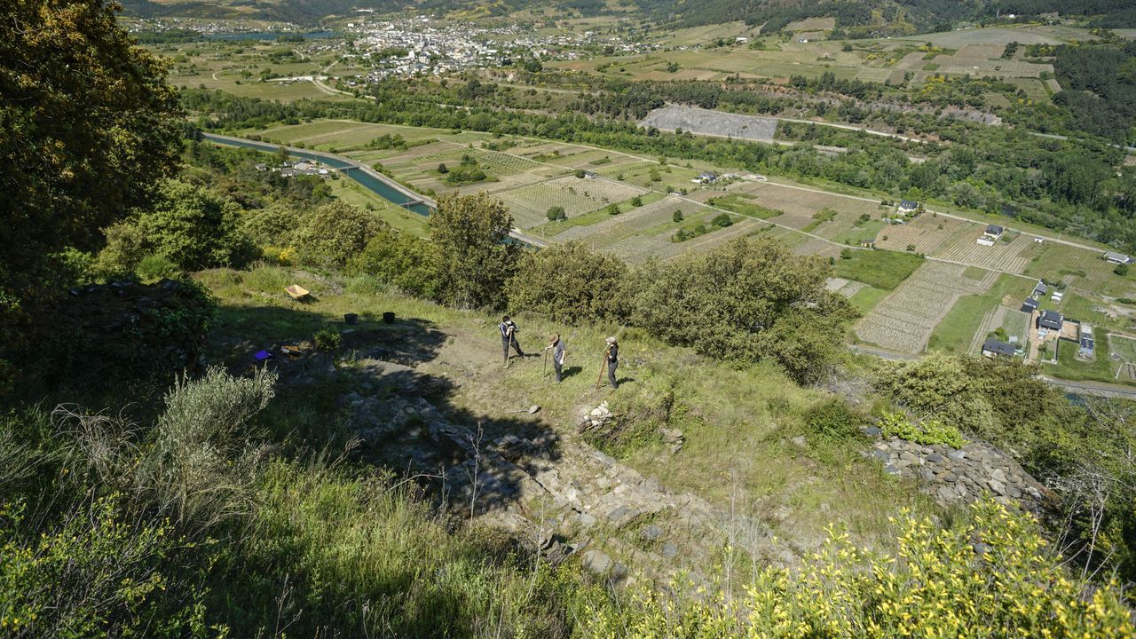 Así se trabaja en el yacimiento tardorromano de Valencia do Sil.La ermita está comida por la maleza