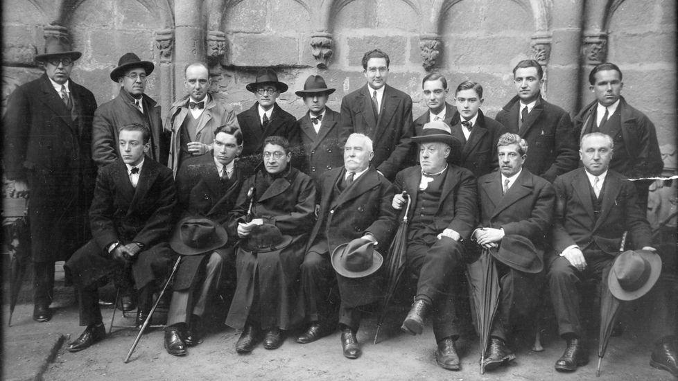 Arias Sanjurjo, tercero por la derecha en la fila inferior, con sombrero, en una foto en Santiago del Seminario de Estudos Galegos en 1928