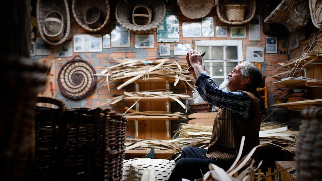 Un cesteiro en acción
