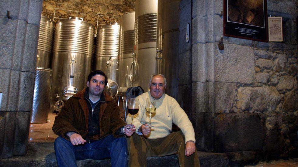 Manuel Vázquez, a la derecha, con su hijo Juan en la bodega de Casa Moreiras en el año 2003