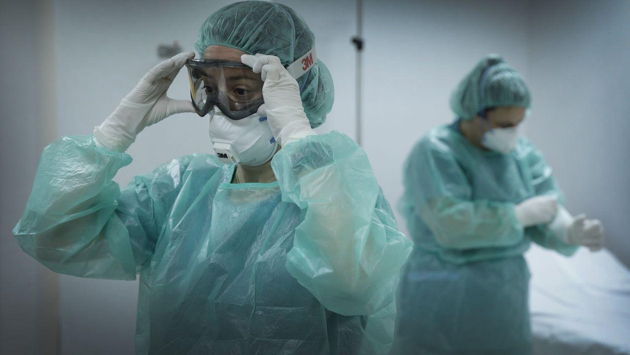 Equipo encargado de recoger las muestras sospechosas de coronavirus, en el Chuac