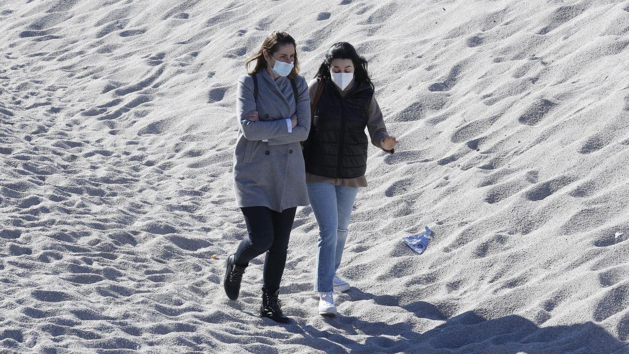 Personas paseando por la playa