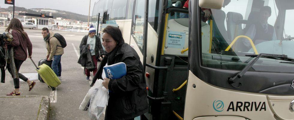 Los servicios de los viernes suelen ser los que más pasajeros traen desde Santiago, por los desplazamientos de los universitarios.