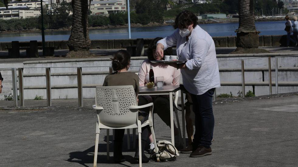 Una terraza en Santa Cristina, en Oleiros, cumpliendo con rigor la distancia de seguridad