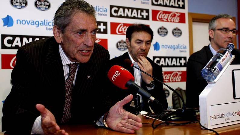 Álbum: Celta 2 - Granada 1.Velasco Carballo le muestra la tarjeta roja a Iago Aspas.