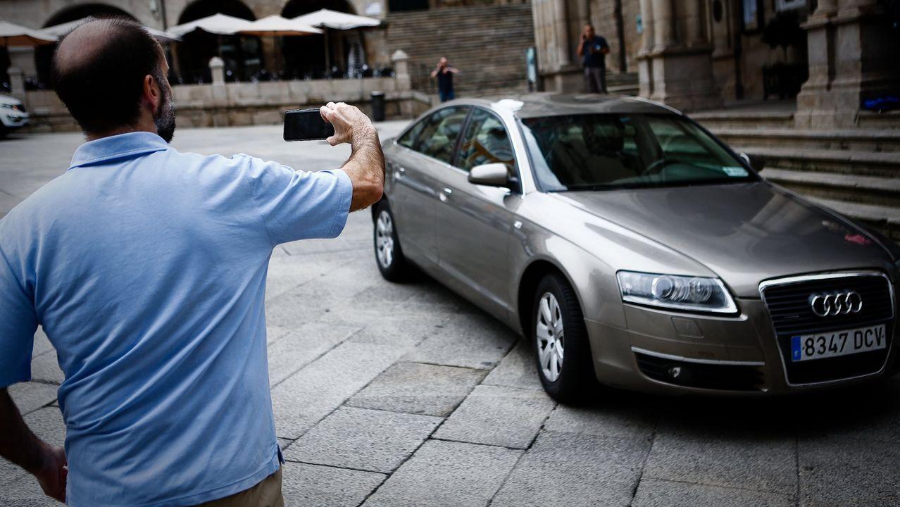 Jácome, tomando una fotografía del Audi A6 que el Concello tiene a subasta