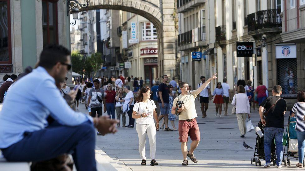«La cremación es una opción en auge».Turistas paseando en la plaza mayor de Lugo en una imagen tomada en agosto.