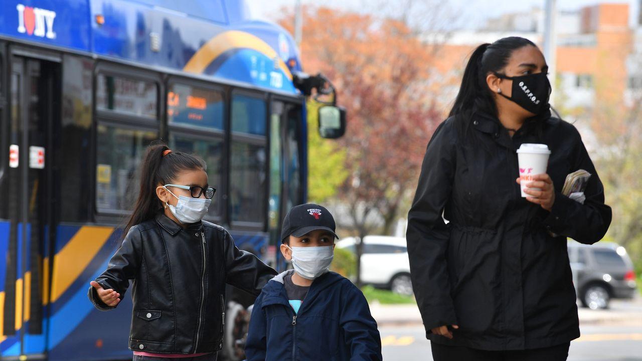 La pandemia en el mundo.El primer ministro Lee Nak-yon levantan ramos de flores en el colegio electoral en el distrito Jongno de Seúl