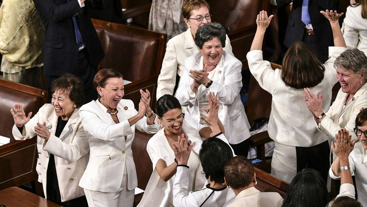 «Se suponía que no ibais a hacer eso», reaccionó Trump ante los aplausos de las demócratas, vestidas de blanco para homenajear a las sufragistas (incluida Pelosi), tras aludir  al crecimiento del empleo femenino