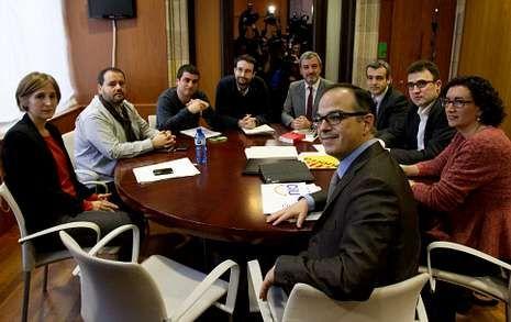 Los portavoces parlamentarios de los partidos catalanes a favor del derecho a decidir (CiU, ERC, PSC, CUP  e ICV) se reunieron ayer en el Parlamento para intentar negociar una declaración de soberanía.