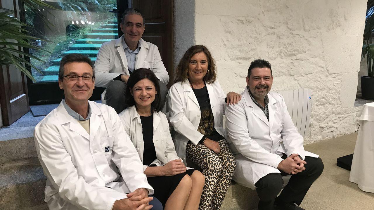 Coches mal aparcados en el Hospital Clínico.Parte del equipo del Clínico de Santiago y del centro de salud de A Estrada que coordinó el estudio