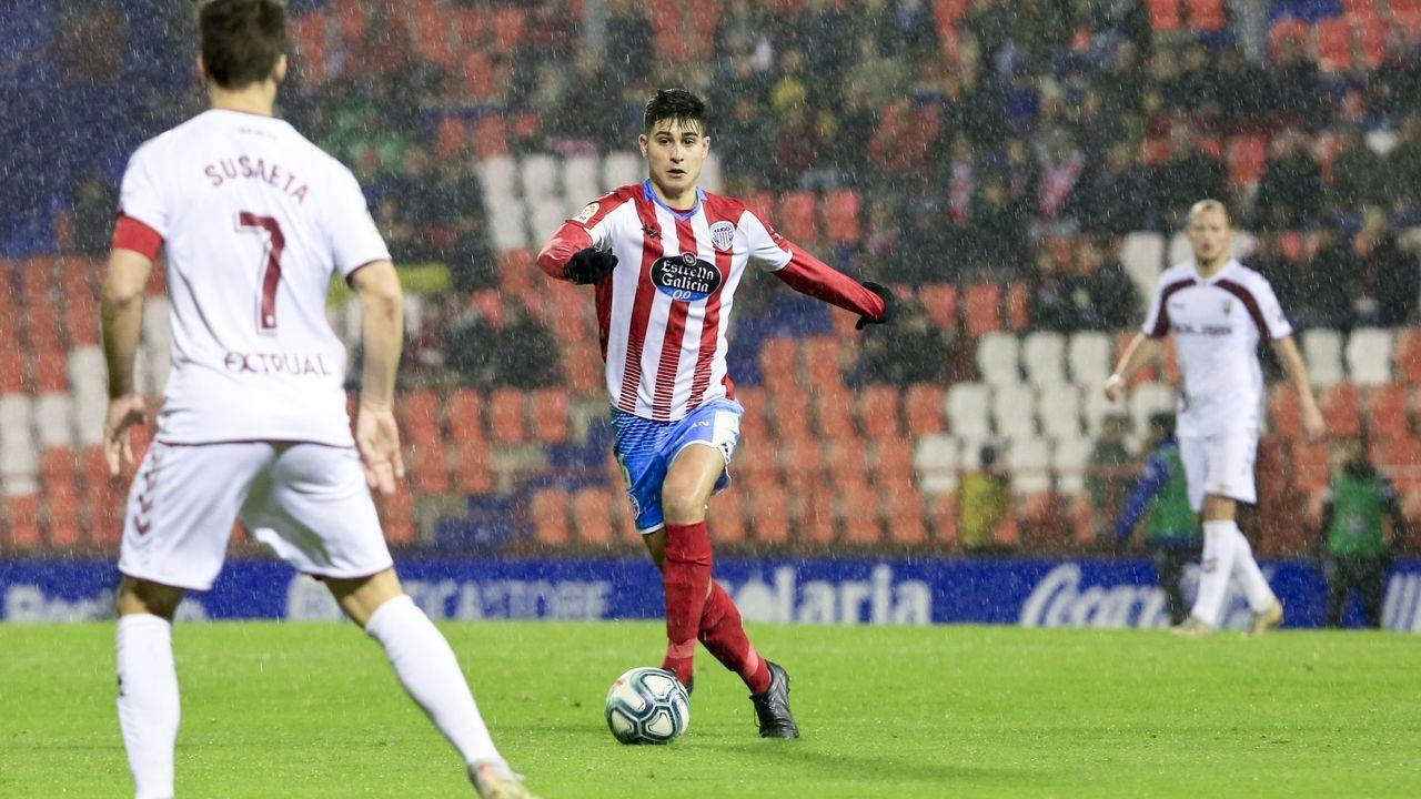 Sigue la final entre Celta, Dépor y Lugo del torneo solidario de FIFA de Abanca.Tejera, con Sangalli al lado y Nieto detrás, conduce un balón ante el Sporting