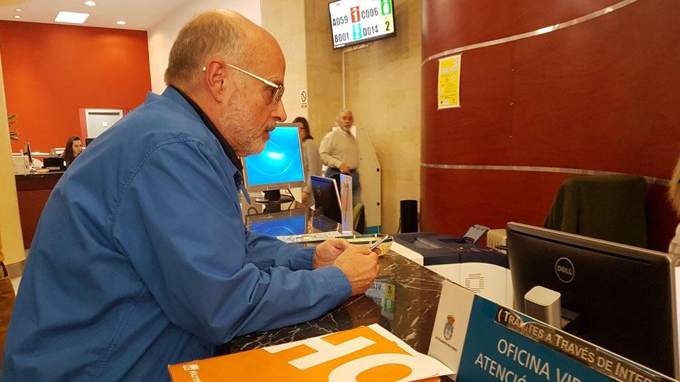 El portavoz de Hazte Oír Miguel Vidal en el registro del ayuntamiento de Oviedo