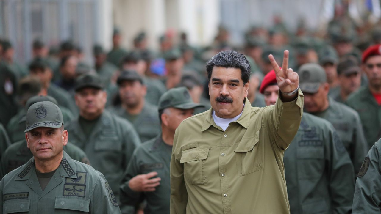 Venezuela se echa a la calle para reclamar elecciones libres.Nicolás Maduro, rodeado de militares, en una base de Caracas