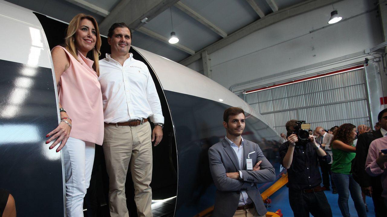 La presidenta de la Junta de Andalucía, Susana Díaz, con el presidente y fundador de Carbures, Rafael Contreras