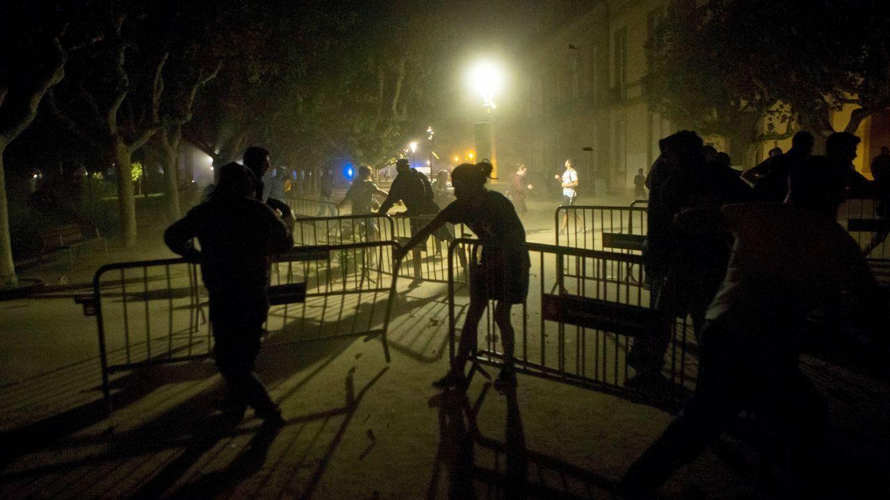 Los Mossos llaman a Torra irresponsable y denuncian la falta de medios y efectivos.Los cerca de 5.000 «mossos» que se manifestaron por el centro de Barcelona se cruzaron aplausos con sus compañeros de la jefatura de la Policía Nacional
