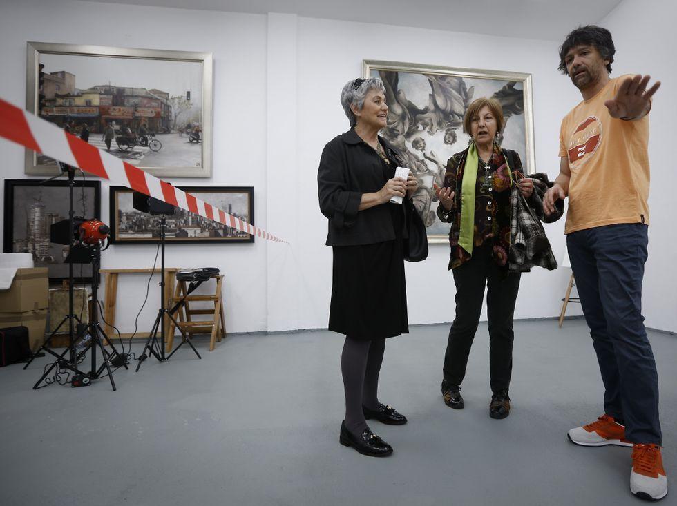 El pintor Jano Muñoz charló sobre su obra con los visitantes.