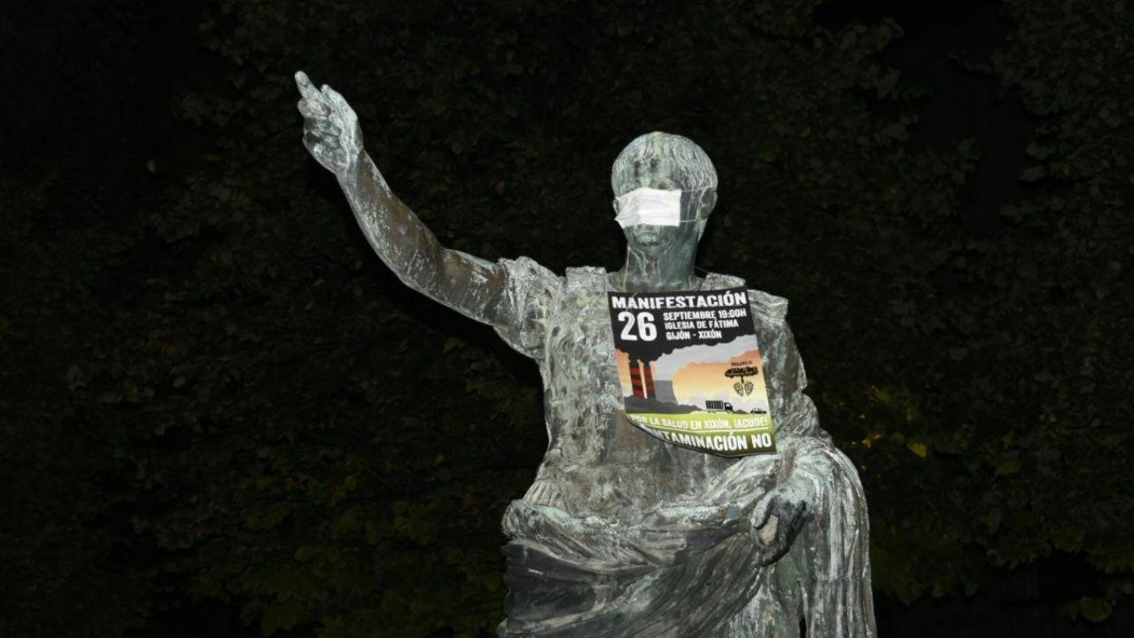 Mascarillas contra la contaminación.Pancarta de la Plataforma contra la Contaminación de Xixón
