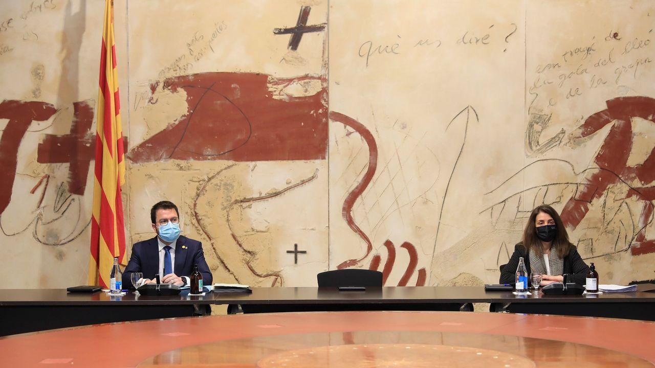 El presidente en funciones de la Generalitat, Pere Aragonès, y la consejera de Presidencia, Meritxell Budó, este martes, en la reunión del Gobierno autonómico, con la silla vacía del inhabilitado Quim Torra entre ellos