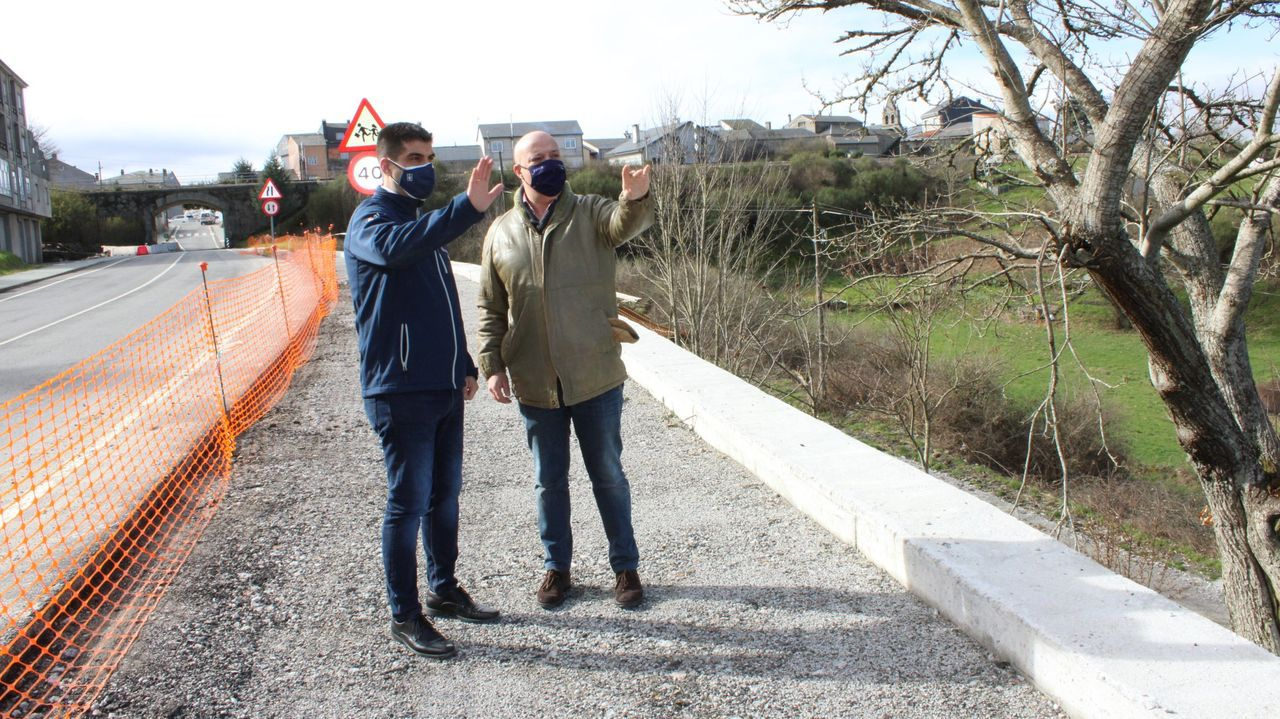 José María Lago, visitando una senda peatonal en A Gudiña