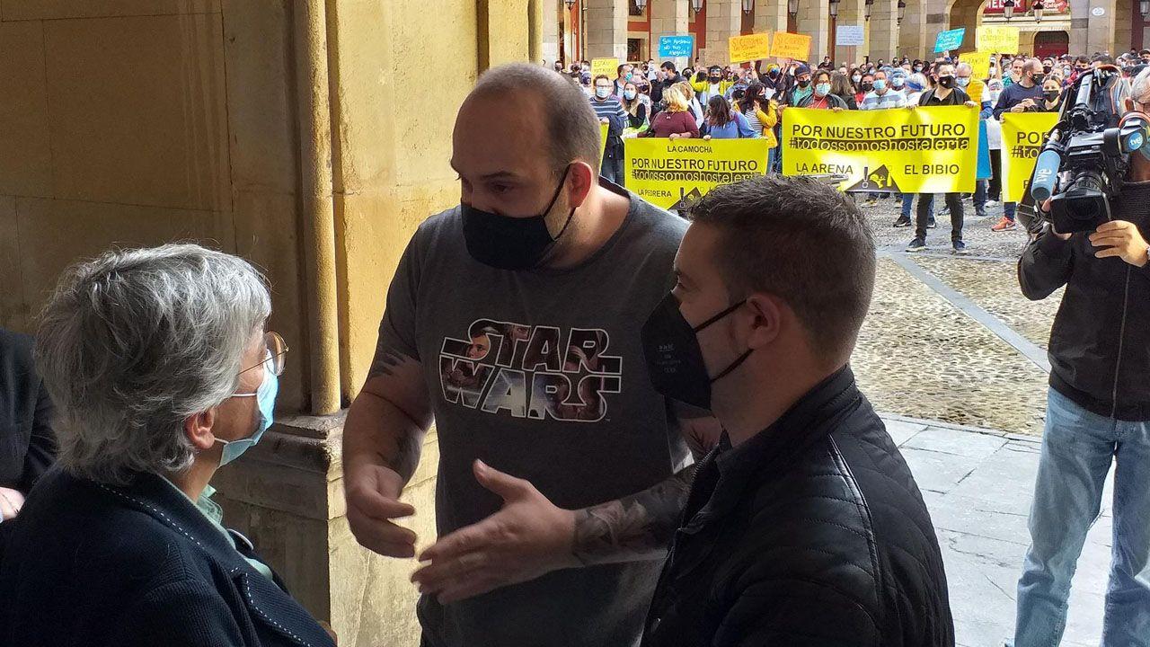 Dos portavoces de los hosteleros concentrados en la Plaza Mayor de Gijón se reúnen con la alcaldesa, Ana González