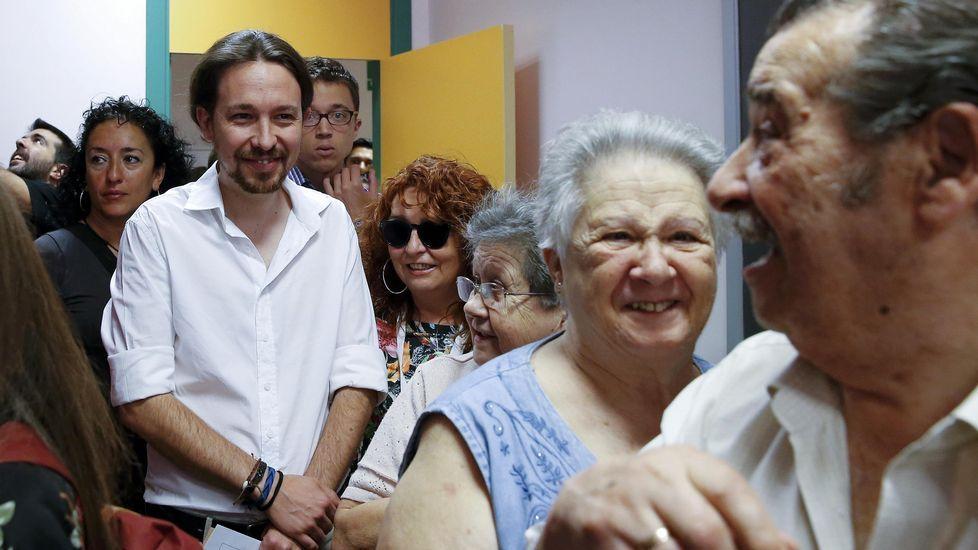 El candidato de Unidos Podemos, Pablo Iglesias, hace cola para ejercer su derecho al voto en un colegio del barrio madrileño de Vallecas