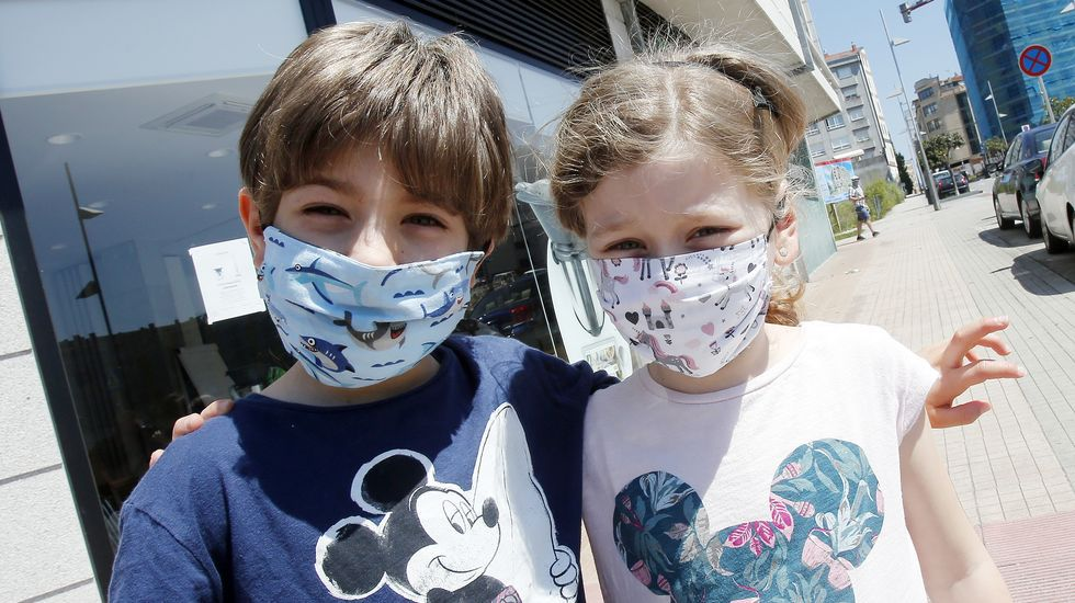 Dos niños con mascarillas infantiles decoradas en Pontevedra