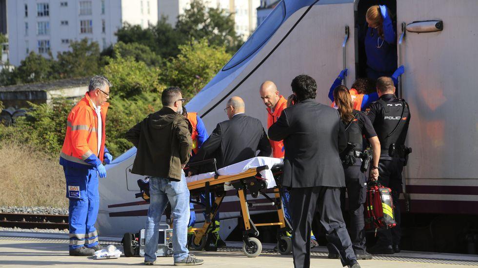 Momento en que el maquinista es evacuado en camilla de la locomotora del Alvia en la estación de Lugo
