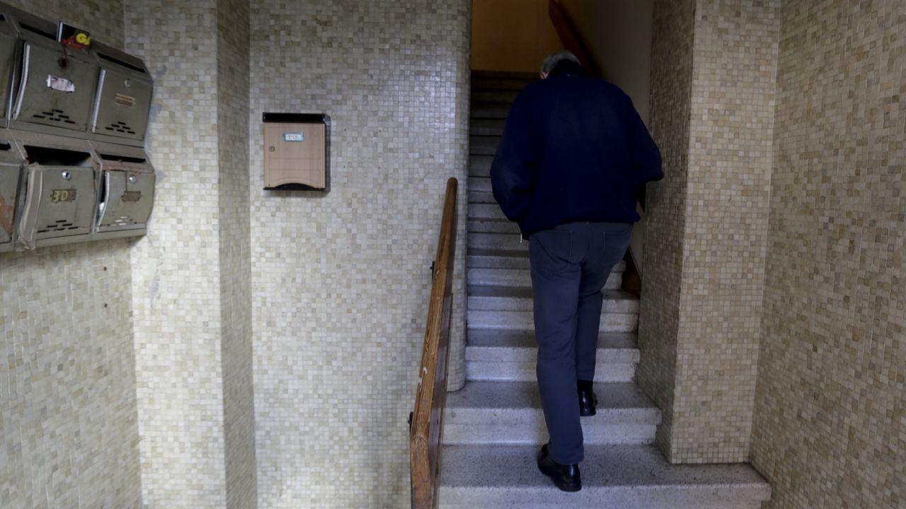 Desalojan dos pisos okupados en la avenida de Fisterra, en A Coruña.Los afectados por la okupación de la vivienda, delante de la casa de Moaña