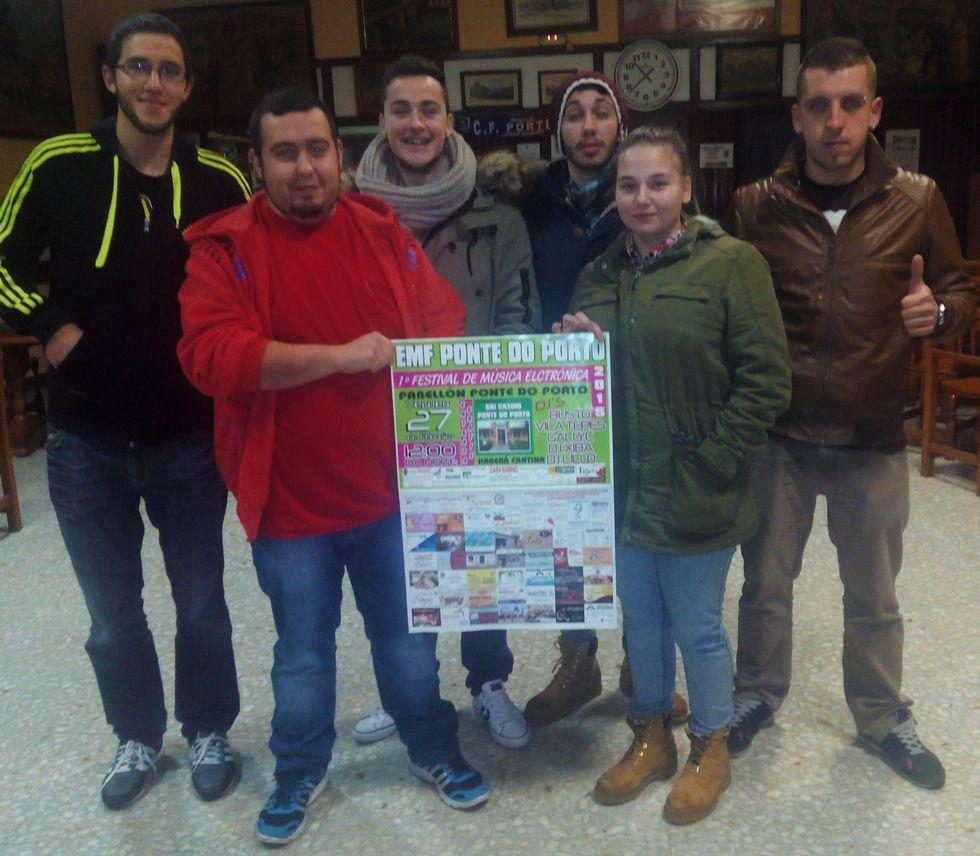 <span lang= es-es >Los organizadores</span>. Seis de los siete promotores del EMF Ponte do Porto posan con el cartel del festival que han organizado para la noche del último viernes de este mes.