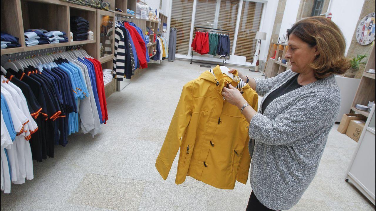 En la tienda se pueden comprar recuerdos del Museo Naval y de Ferrol, pero también mucha ropa y decoración de inspiración marinera