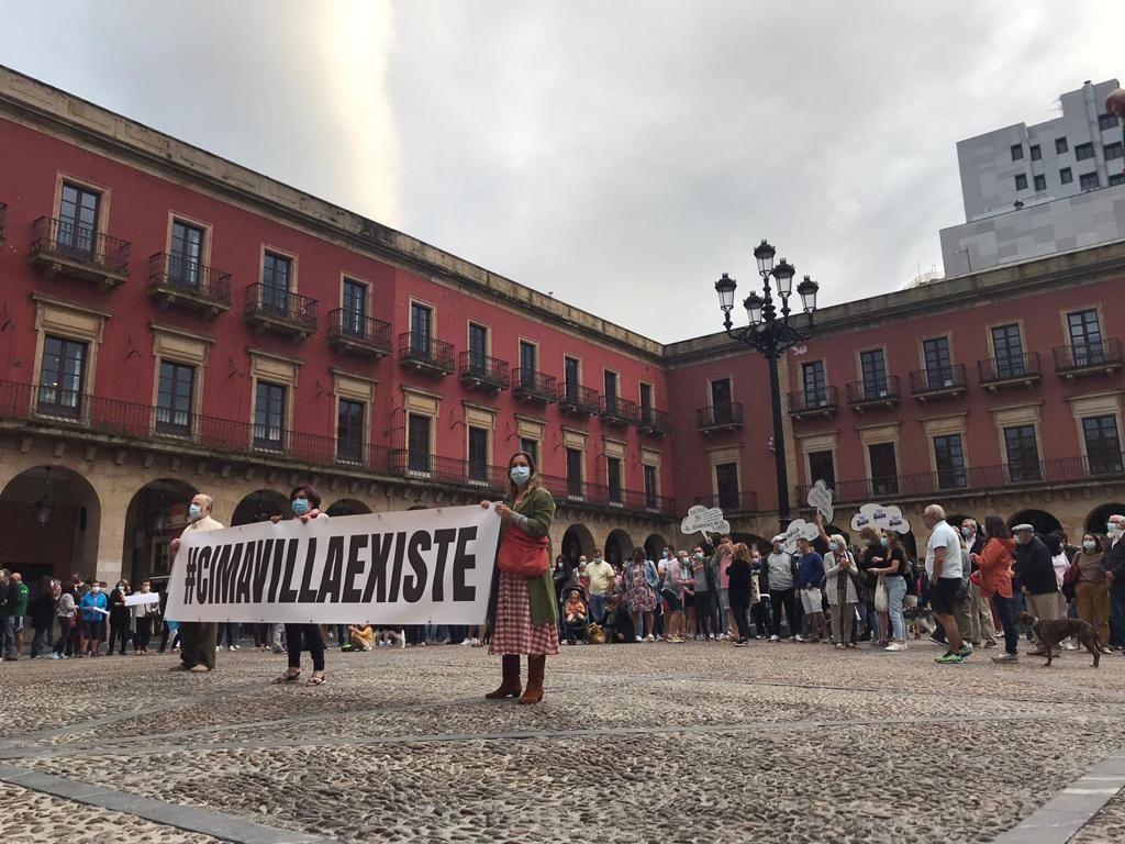 Concentración de los vecinos de Cimavilla en la plaza del Ayuntamiento