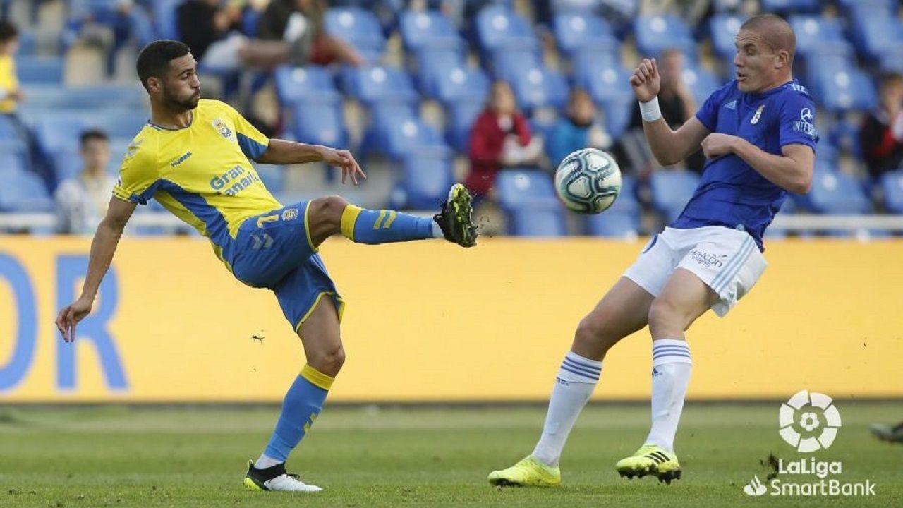 Bárcenas persigue un balón frente a Las Palmas